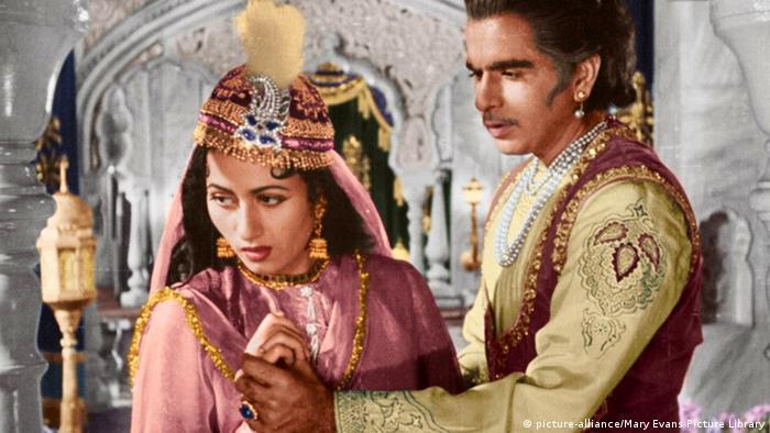 Nahaufnahme Schauspieler und Schauspielerin in traditionellen indischen Kostümen. Er greift ihre Hand, sie wendet sich ab.