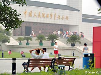 The groups of visitors are waiting in the front of the Memorial Museum of the War against Japanese Aggression. The Picture was taken by Xiao Xu on 26.07.2007.