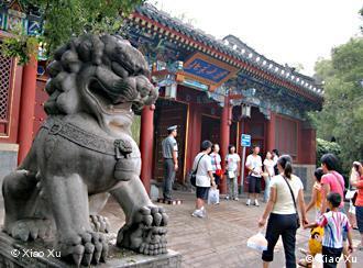 Der West-Eingang zur Peking-Universität, der heute wohl bekanntesten Universität in China. Aufgenommen am 31.07.2007 von Xiao Xu.