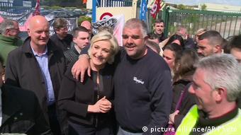 Frankreich Whirlpool Streik Marine Le Pen (picture alliance/AP Photo)