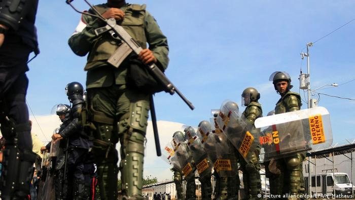 Venezuela Mitglieder der Streitkräfte und Polizei stehen Wache (picture alliance/dpa/EPA/H. Matheus)