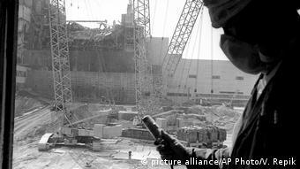 Fotograf in einem Hubschrauber über Tschernobyl