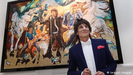 Ron Wood frente a una de sus pinturas. (Imago/i Images)