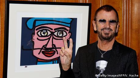 Ringo Starr junto a una de sus obras. (Photo: Getty Images/AFP/V. Hache)