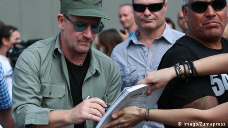 Bono firmando un autógrafo. (Imago/Zumapress)