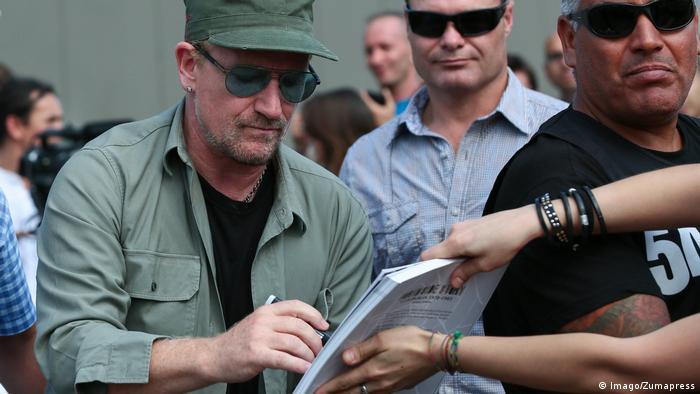 U2-Sänger Bono Vox beim Autogramm-Schreiben (Foto: Imago/Zumapress)