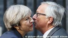 Ein Kuss vor der Trennung: Theresa May und Jean-Claude Juncker (picture-alliance/Zumapress/T. Akmen)