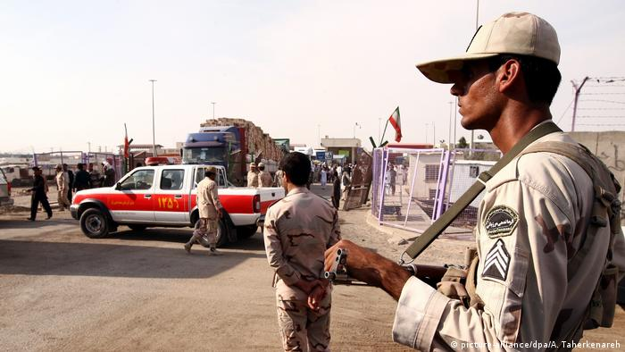 Iranian border guards at the Iran-Afghanistan border (picture-alliance/dpa/A. Taherkenareh)