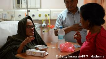 Taiwanese trekker Liang Sheng-yueh (L) talks with a nutritionist in a hospital in Kathmandu . (Getty Images/AFP/P. Mathema)
