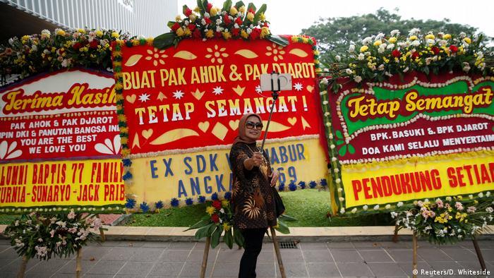 Indonesien Jakarta Ahok Blumen Plakate (Reuters/D. Whiteside)