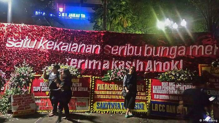 Indonesien Blumen für Jakartas Gouverneur Basuki Tjahaja Purnama (M. Tobing)