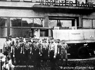 Штурмовики позируют перед захваченным зданием профсоюзного банка
