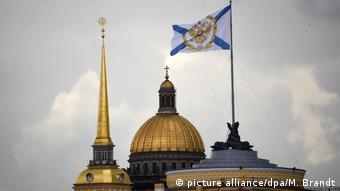 Шпиль Адмиралтейства и купол Исаакиевского собора в Санкт-Петербурге