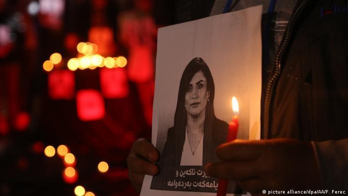Ein Foto der im Irak getöteten Journailstin Shifa Gardi steht inmitten vieler Kerzen. (Foto: picture alliance/dpa/AA/F. Ferec)