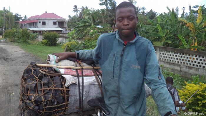 Produtores percorrem vários quilómetros para vender o carvão vegetal em Quelimane
