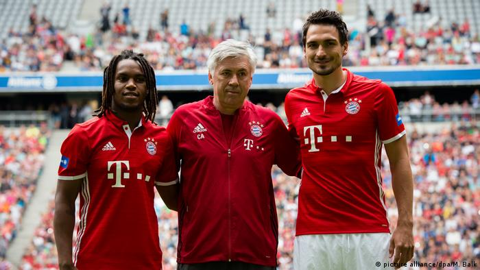 Renato Sanches with Carlo Ancelotti and Mats Hummels (picture alliance/dpa/M. Balk)