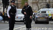 27.04.2017 Zwei Polizisten stehen am 27.04.2017 in London (Großbritannien) auf einer Straße. Die britische Polizei hatte am Nachmittag im Regierungsviertel Westminster einen Mann festgenommen. Medienberichten zufolge soll er mindestens ein Messer bei sich gehabt haben. (zu dpa «Terrorverdacht: Polizei nimmt bewaffneten Mann in London fest» vom 27.04.2017) Foto: Victoria Jones/PA Wire/dpa +++(c) dpa - Bildfunk+++