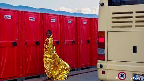 Ένα γραφικό φωτογραφικό στιγμιότυπο μέσα στο κλίμα δυστυχίας που επικρατεί στο κέντρο υποδοχής προσφύγων. Η φωτογραφία αυτή τραβήχτηκε από τη φωτογράφο Χερλίντε Κολμπλ σε ένα πρόχειρα οργανωμένο κέντρο πρώτης υποδοχής στη Σικελία. Εκεί φιλοξενούνται πρόσφυγες από την Αφρική. Ο φακός της Κολμπλ απαθανάτισε αυτόν τον άντρα, όταν ο θόρυβος των μέσων ενημέρωσης είχε από καιρό κοπάσει.