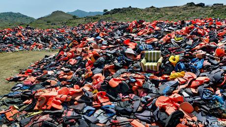 Υπάρχουν πολλές εικόνες από απεγνωσμένους πρόσφυγες να διασώζονται από τις υπερφορτωμένες βάρκες, πάνω στις οποίες επέβαιναν, και να τους παρέχονται σωσίβια γιλέκα. Σπάνια όμως βρίσκεται ο φωτογραφικός φακός πίσω από τα παρασκήνια του δράματος κάθε πρόσφυγα. Η Κολμπλ ψάχνει για ασυνήθιστα μοτίβα και βρίσκει συχνά εικόνες, που η καθεμία εξιστορεί τη δικιά της ιστορία.