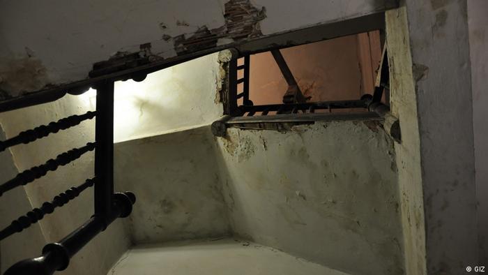 Браку бажаючих не було Мешканці Львова змагалися за право стати учасником проєкту. Часто бажаючих було вдвічі-втричі більше, ніж міг охопити проєкт. І це не дивно, адже деякі об'єкти вже десятиліттями не бачили ремонту, як ця сходова клітка на Театральній, 12. Така цей об'єкт виглядав до реставраційно-ремонтних робіт.