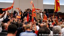Wütende Demonstranten schwenkten im Parlament die mazedonische Flagge und sangen die Nationalhymne