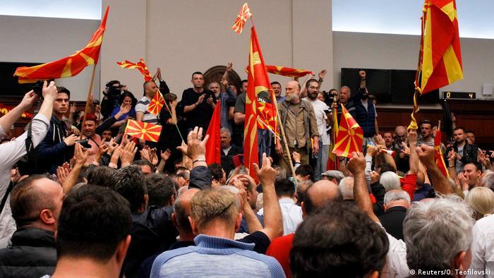 Mazedonien Proteste im Parlament in Skopje (Reuters/O. Teofilovski)