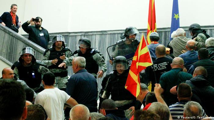 Mazedonien Proteste im Parlament in Skopje