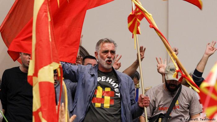 Люди увірвалися до будівлі парламенту Македонії в Скоп'є