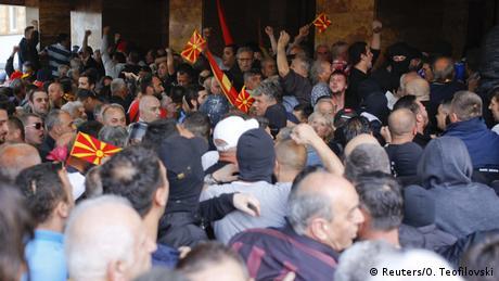 Mazedonien Proteste im Parlament (Reuters/O. Teofilovski)