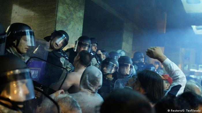 Демонстранти прорвалися в парламент Македонії