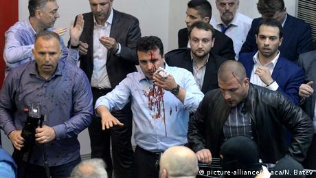 Mazedonien Proteste im Parlament (picture-alliance/abaca/N. Batev)