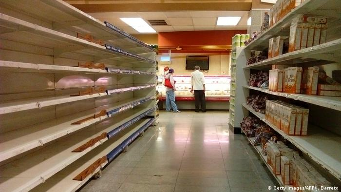 Ein Supermarkt in Venezuela mit leeren Regalen (Getty Images/AFP/J. Barreto)