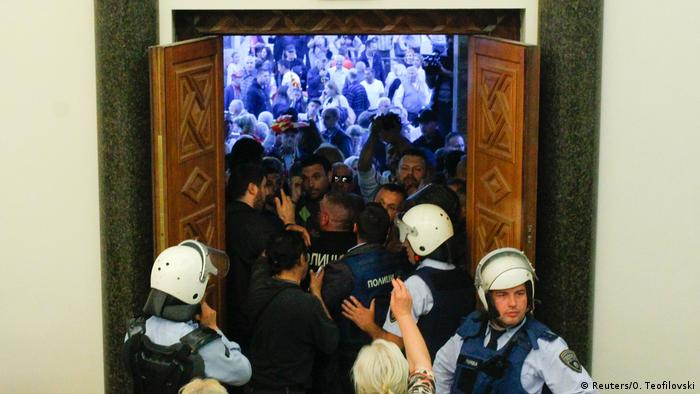Mazedonien Skopje Ausschreitungen Parlamentssturm (Reuters/O. Teofilovski)