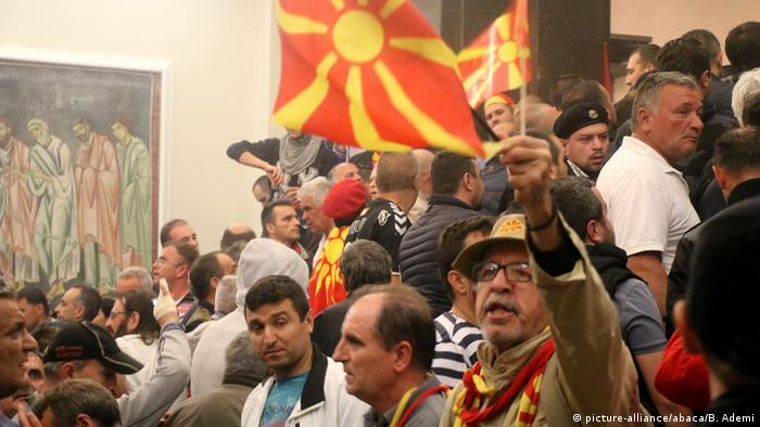 Mazedonien Skopje Parlamentssturm (picture-alliance/abaca/B. Ademi)
