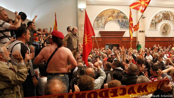 Mazedonien Erstürmung des Parlaments (picture-alliance/dpa/B. Grdanoski)