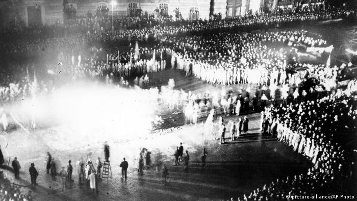 Maio de 1933: multidão se aglomera na praça Bebelplatz, em Berlim, para assistir à queima de livros