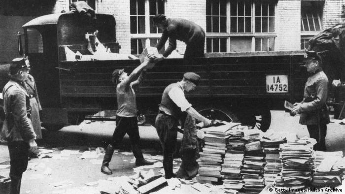 На сборном пункте вредных книг, предназначенных для сожжения