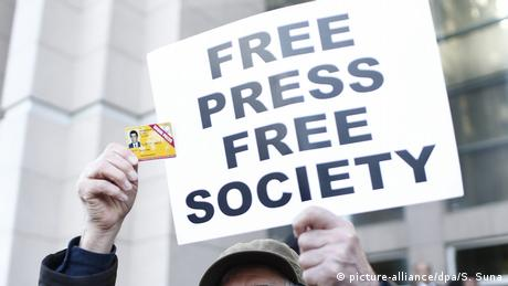 Protestor holding sign 'Free Press Free Society' (picture-alliance/dpa/S. Suna)