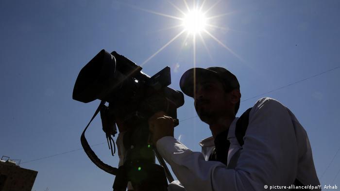 Jemen Kameramann während einer Protest für Pressefreiheit in Sanaa (picture-alliance/dpa/Y. Arhab)