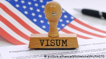 Stempel visum Symbolbild zu strengen Einreisekontrollen in die USA, picture symbolising strict control for entering the USA (picture-alliance/blickwinkel/McPHOTO)