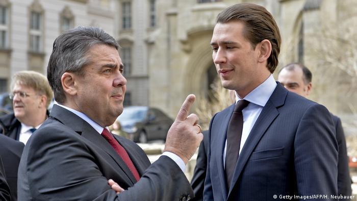 Sigmar Gabriel (stânga) și Sebastian Kurz (Getty Images/AFP/H. Neubauer)