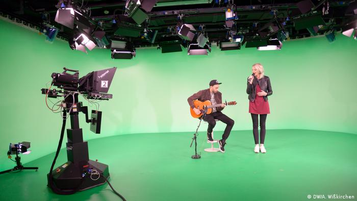 Guitarist Mo and German singer Levina in DW's studios in Bonn (Photo: DW/A. Wißkirchen)