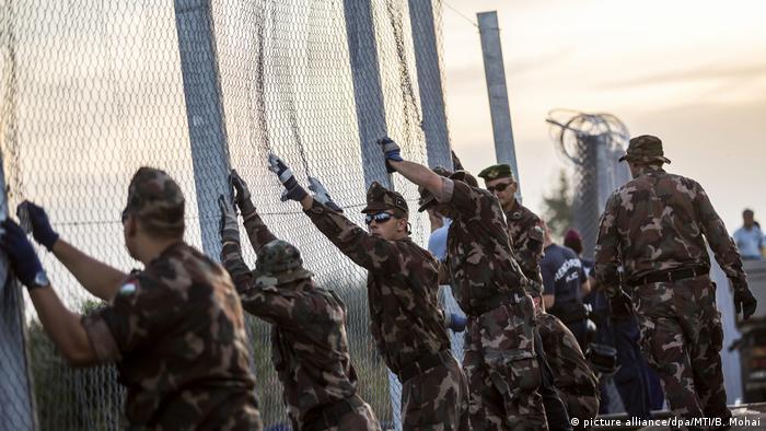 Ungarn Grenzzaun zwischen Serbien und Ungarn (picture alliance/dpa/MTI/B. Mohai)