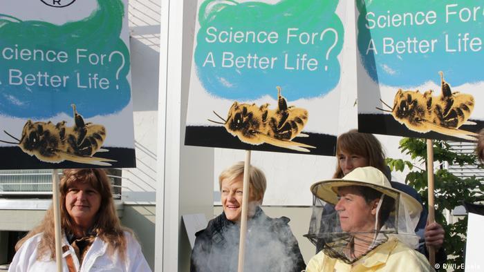 Bonn Proteste vor Bayer Hauptversammlung
