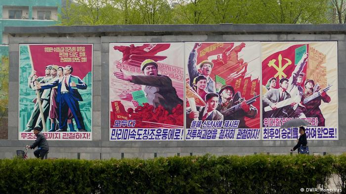 Signs along a wall in North Korea (Photo: DW/A. Foncillas )