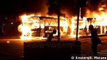 Bei Zusammenstößen mit der Polizei gingen in Rio Busse in Flammen auf