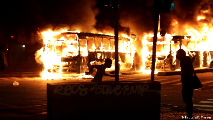 Страйк у Бразилії. У Ріо демонстранти палили автобуси