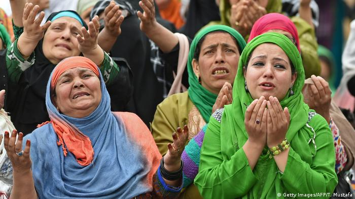 Kaschmir Muslimische Frauen während des Miraj-Ul-Alam-Festes (Getty Images/AFP/T. Mustafa)