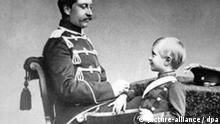Kaiser Wilhelm II. und sein erster Sohn Kronprinz Wilhelm im Jahr 1887. Der letzte deutsche Kaiser wurde am 27. Januar 1859 in Berlin geboren und ist am 4. Juni 1941 in Haus Doorn gestorben. Kronprinz Wilhlem wurde am 6.5.1882 bei Potsdam geboren und ist am 20.7.1951 in Hechingen gestorben.