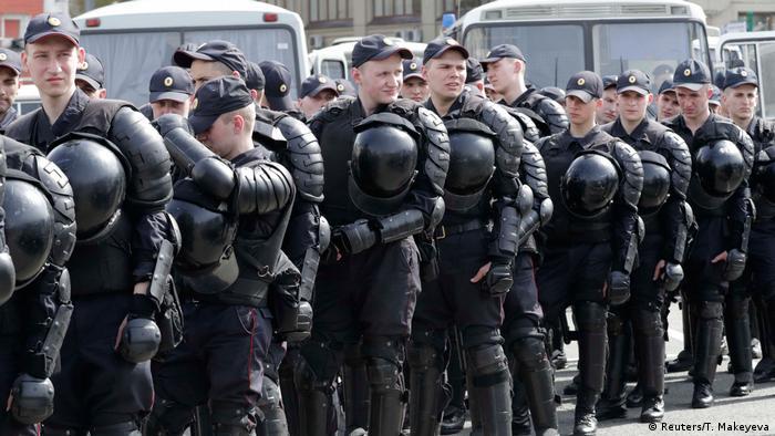 Russland Polizisten vor dem Protest in Moskau